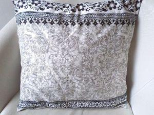 Povlak na polštář šedobílý s krajkou