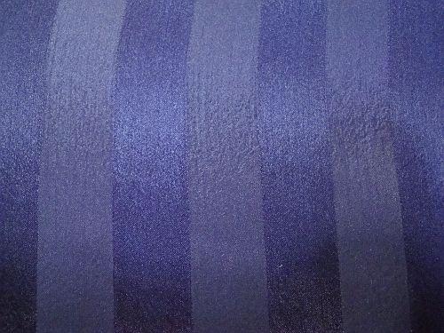 Saturka - tm. modrá saténová látka s pruhem