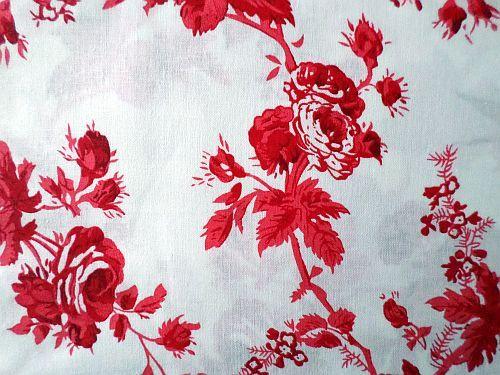 Bílá bavlna s červenými květy