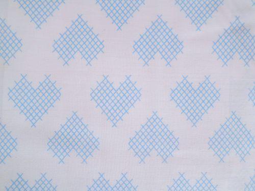 Bílá bavlna - plátno s modrým křížkovým srdcem
