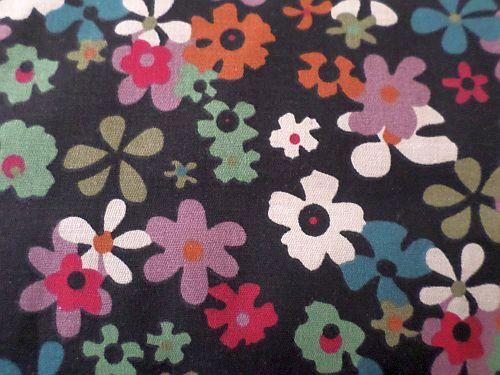 Černá bavlněná látka s květy