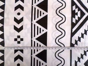 Bílá bavlněná látka s černým geometrickým vzorem